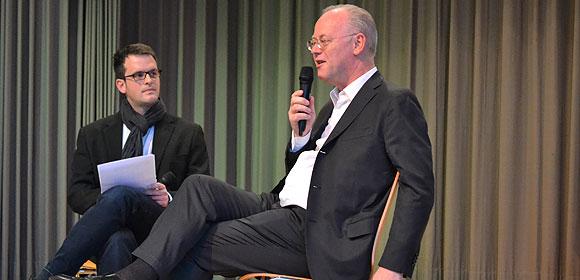 Sebastian Hautli im Gespräch mit dem ehemaligen Verteidigungsminister und heutigen BDR-Präsidenten Rudolf Scharping